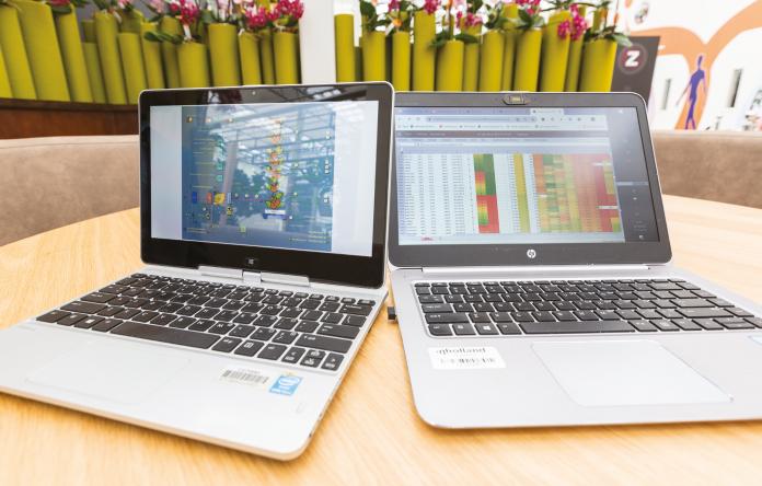 Foto van twee computerschermen