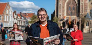 Eigenaar Hans Ouwekerk van Bureau MediaWise met zijn team op de achtergrond